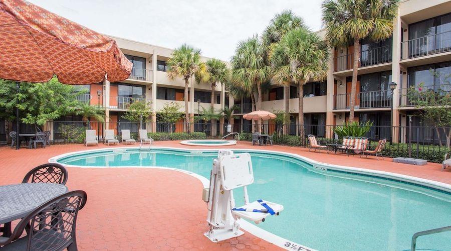 Days Inn & Suites by Wyndham Orlando Airport-18 of 25 photos