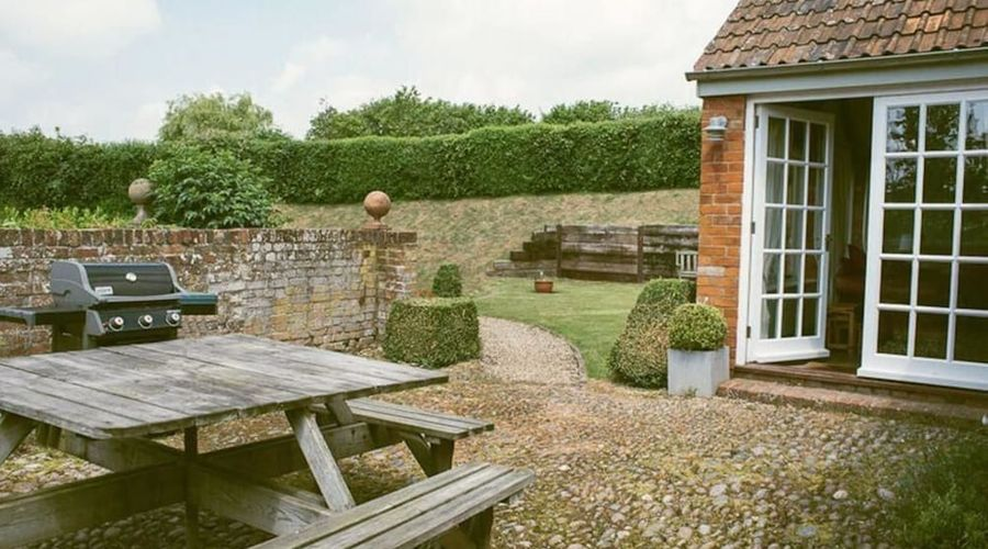 Superb detached Grade II conversion of an original Apple Mill with hot tub & FREE membership to nearby Leisure Club-20 of 22 photos