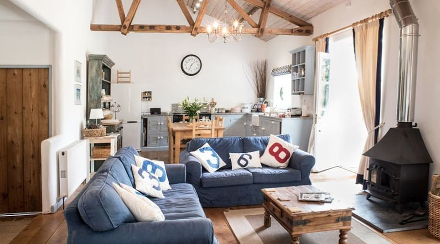 Superb detached Grade II listed barn conversion with hot tub & FREE membership to nearby Leisure Club-1 of 20 photos