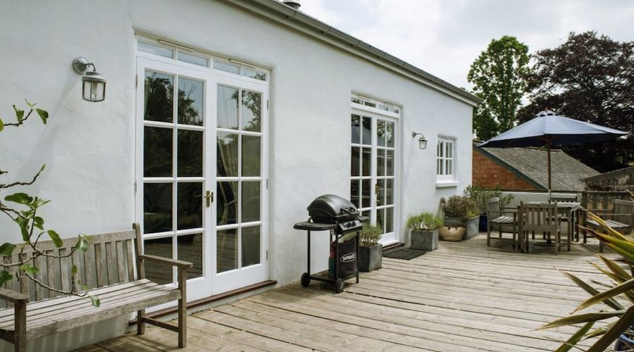 Superb detached Grade II listed barn conversion with hot tub & FREE membership to nearby Leisure Club-12 of 20 photos