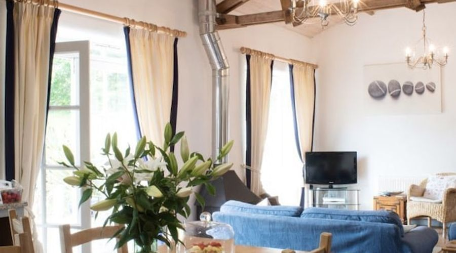 Superb detached Grade II listed barn conversion with hot tub & FREE membership to nearby Leisure Club-9 of 20 photos